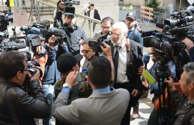 Los periodistas a la afueras de la Corte Suprema a la espera de Jesús Santrich.