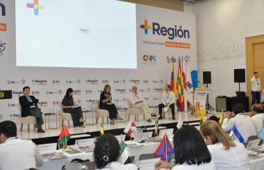 Julio Roberto Piza, Gloria Alonso, Marta Lucía Ramírez, Eduardo Verano y Juan Roberto Vargas en el panel sobre la misión de descentralización.
