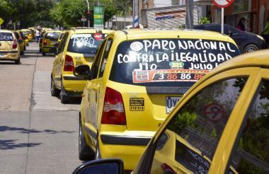 La caravana de taxis durante su recorrido por la calle 54, en Barranquilla.