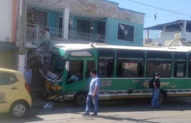 Así quedó el bus tras el impacto contra las rejas de la vivienda en el barrio San Felipe.