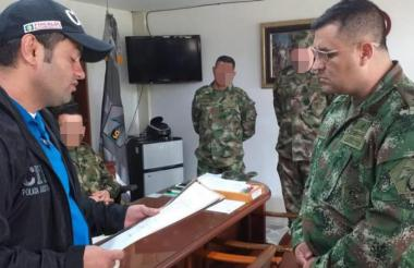 Un funcionario del CTI de la Fiscalía lee los derechos a uno de los suboficiales capturados.