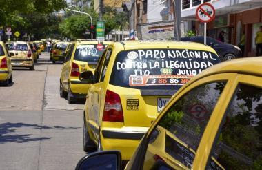 Varios taxistas recorren las calles de Barranquilla durante la protesta.