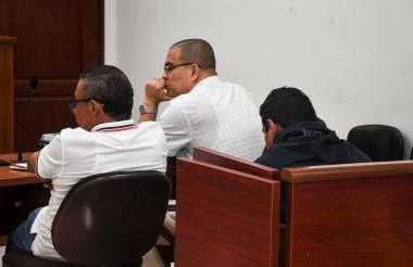 Roger Hernández Martínez (oscuro), en medio de la audiencia de imputación.