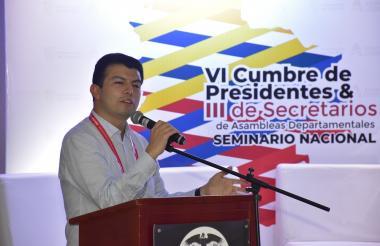El Contralor delegado para la participación, Luis Pinedo, durante la VI Cumbre de Presidentes de Asambles Departamentales.