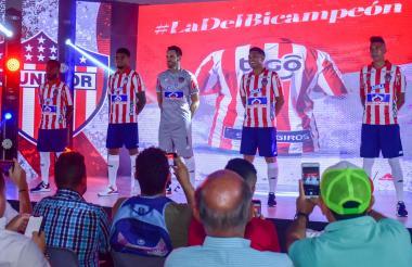 Luis 'Cariaco' González, Pérez, Viera, Teófilo y Cantillo luciendo el uniforme principal del Junior.