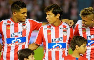 Matías Fernández entre Teófilo Gutiérrez y Víctor Cantillo, dos de las principales figuras de Junior.