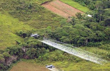 Las aspersiones con glifosato sobre cultivos ilícitos han vuelto a ser tema de debate nacional en Colombia.