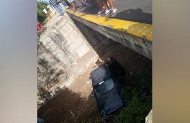 Durante el asalto masivo un vehículo cayó a un canal.