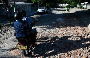 El transito de los vehículos se dificulta en esta vía debido al avanzado deterioro que presenta.