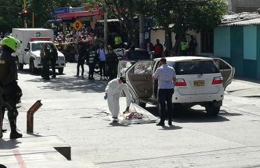 Peritos de la Sijín inspeccionan la escena de un crimen ocurrido recientemente en Santa Marta.
