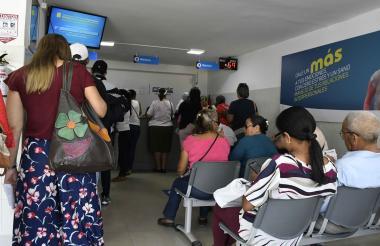 Usuarios de una EPS  en Barranquilla hacen fila a la espera de ser atendidos.