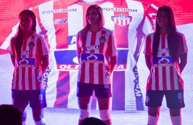 Rincón, Gallea y Arango en la presentación de la nueva camiseta del Junior.