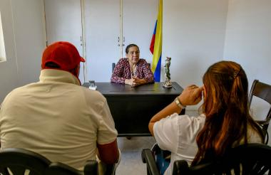 La juez de paz Nidia Donado atiende en su despacho a Alfonso y Carmen, cuyos nombres fueron cambiados para proteger su identidad.