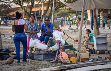 Venezolanos antes de ser desalojados de una de las orejas del puente de la Murillo con Circunvalar.