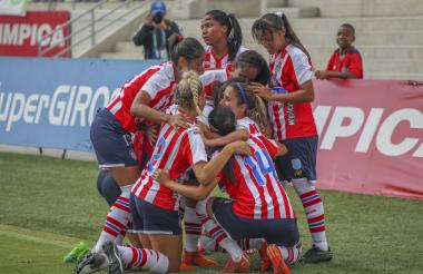La jugadoras de las Tiburonas festejan ayer el primer gol convertido por la volante Daniela Montoya.
