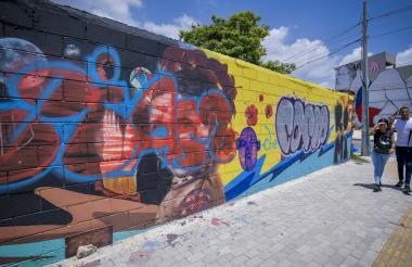 El mural amaneció hoy con otro grafiti, esta vez sobre la cara de Esthercita Forero.