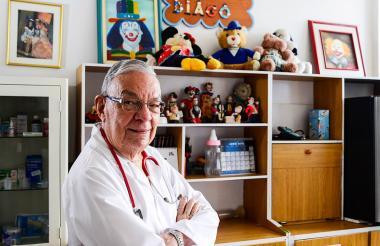 El doctor Libardo Diago en su consultorio, en el norte de Barranquilla.