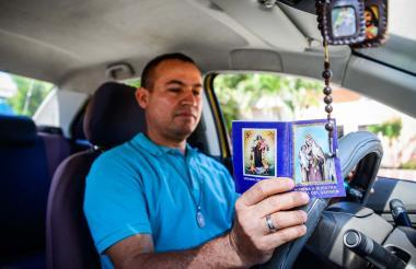 Ángel García es un taxista muy servicial que es devoto de la Virgen del Carmen.