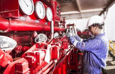 Un trabajador en una de las instalaciones de la compañía Canacol en la Costa.