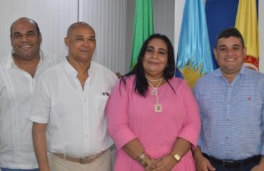 Sara Toro junto al alcalde (e) Juan Carlos Suaza, entre otros.