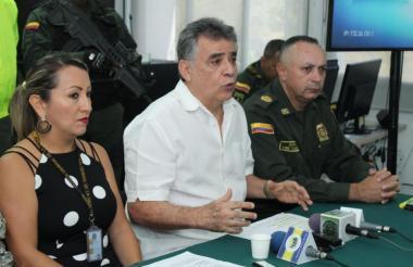 El gobernador Édgar Martínez en la rueda de prensa sobre panfletos en San Onofre.
