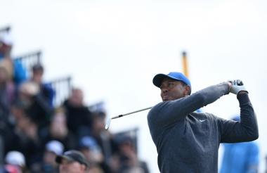 Tiger Woods quedó un golpe mejor que McIlroy en el primer día, pero a 12 del primer puesto de Holmes.