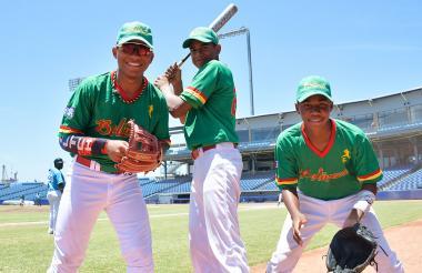 Michael Arroyo Padilla, Juan Olmos Miranda y Jesús Correa Hernández, felices en el  Édgar Rentería.
