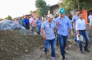 El alcalde Marcos Daniel Pineda junto a vecinos de la margen izquierda.