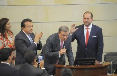 Lidio García (Liberal) levanta la mano para posesionarse como presidente del Senado.