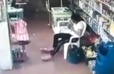 El atraco en el que murió Calderón Martínez quedó registrado en la cámara de seguridad de su tienda.
