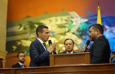 El representante Carlos Cuenca juramentándose.