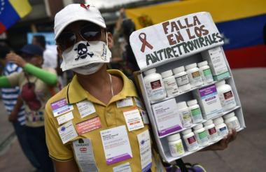 Migrantes protestan por falta de antirretrovirales.
