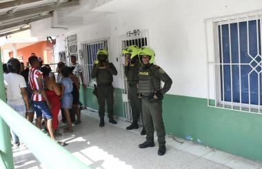Policías custodian la entrada de la guardería 'Divino Niño' situada en la calle 64C con carrera 15 del barrio El Valle.