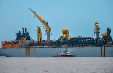 Embarcación navegando por el canal de acceso al Puerto de Barranquilla.