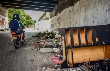 Vista del canal del arroyo, justo debajo de la calle Murillo, donde se aprecian los escombros.