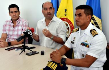 Lucas Ariza, Pedro Jurado y el capitán Carlos Urbano durante la rueda de prensa de ayer en la Dimar.