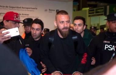 De Rossi llegó en la madrugada a Argentina para firmar su contrato con Boca.