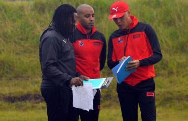 El técnico Alexis Mendoza dando indicaciones durante una práctica del DIM.