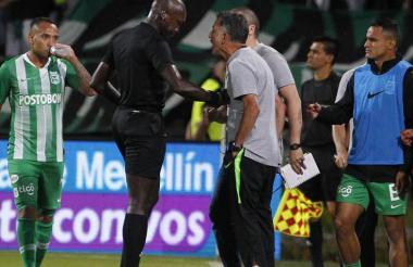 Juan Carlos Osorio discute con el árbitro Hinestroza.