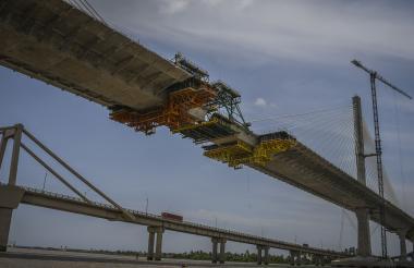 Panorámica del nuevo puente que está en construcción. Al fondo se observa el puente que funciona actualmente.