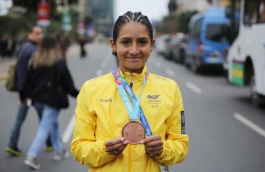 Angie Orjela gana medalla de bronce en la maratón femenina.