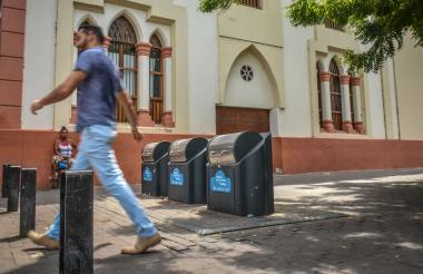 Uno de los recientes contenedores ubicado en el centro de la ciudad, pero estos no son para reciclar .