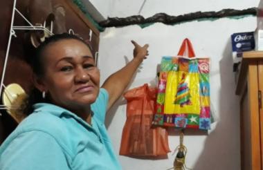 Una propietaria enseña la pared agrietada de su vivienda en La Jagua de Ibirico.