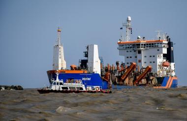 Draga 'Lelystad' realizando labores de relimpia en el sector de Bocas de Ceniza.