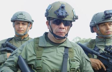 El brigadier general, Ricardo Augusto Alarcón Campos, en primer plano durante un plan operativo.