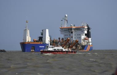 Embarcación 'Lelystad' realizando labores de dragado en  el sector de Bocas de Ceniza.