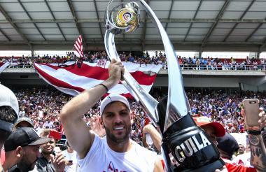 Viera levanta el trofeo de Liga Águila I-2019, su sexto título como rojiblanco.