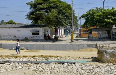 Una mujer camina en medio de las obras de ampliación de la vía, a la altura del barrio La Chinita.