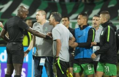 Juan Carlos Osorio en el momento del altercado con el árbitro Jonhn Hinestroza