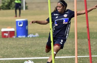 La venezolana Karla Torres practica tiros libres.